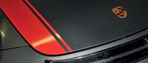 Covering, adhésif aspect carbone noir recouvert en partie d'un adhésif teinté dans la masse rouge